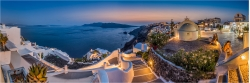Panoramabild abends in Oia Santorini Griechenland