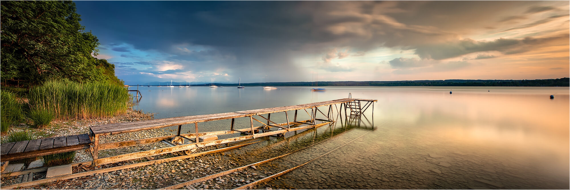 Panoramafoto nachmittags am Ammersee in Bayern