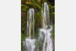 Wasserfontänen aus Felsspalten