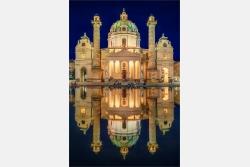 Spiegelung der  Karlskirche in Wien